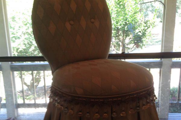 img-vanity-chair-before-1jpg676EF423-F8F5-AFEA-1A6B-5CFDB78BEB37.jpg