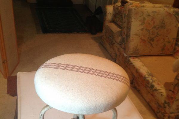img-vintage-stool-topEF37EC49-FF14-D69D-4C0A-C6EF2A3EEA1E.jpg